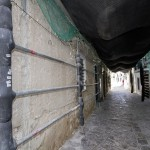 Pasadizos seguros bajo andamios en Ibiza